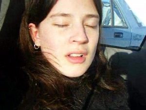 Geile tiener houdt het niet meer en vingert haar zelf in de auto